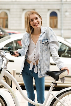 Feliz, mulher, posar, com, dela, bicicleta