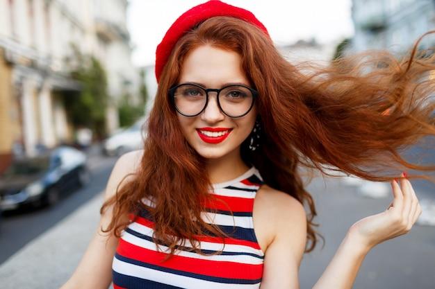 Feliz mulher ruiva fabulosa elegante boina vermelha na rua