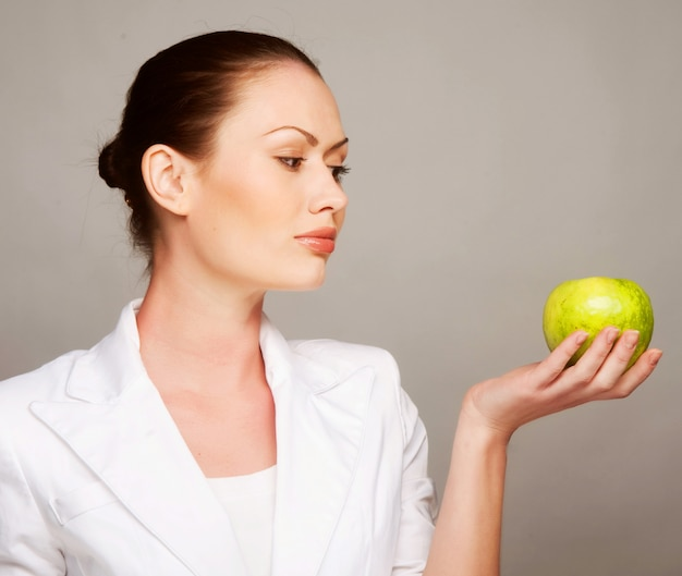 Feliz, mulher saudável, segurando a maçã