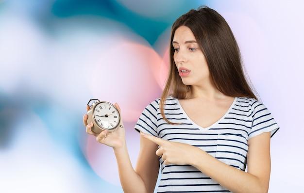 Feliz mulher segurando um relógio
