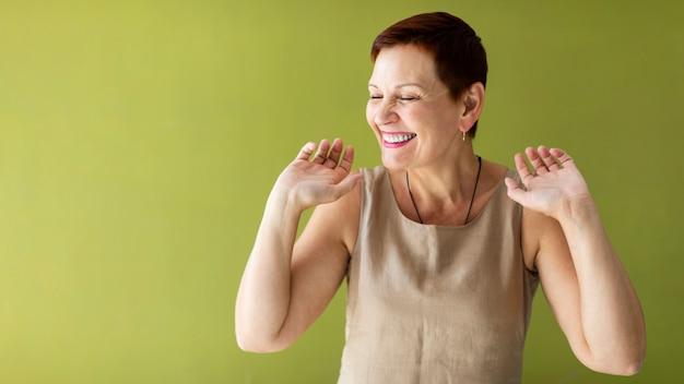 Feliz, mulher sênior, dançar