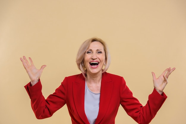 Feliz mulher sênior gritando