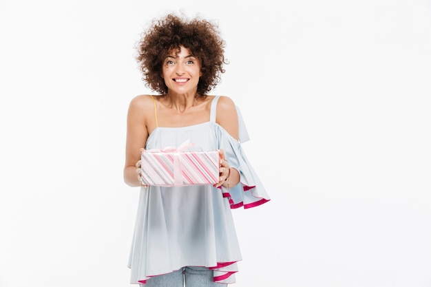 Feliz mulher sorridente segurando uma caixa de presente