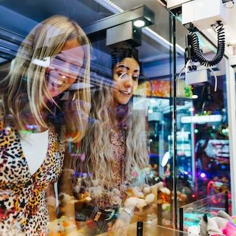Feliz, mulheres, tocando, máquina arcade