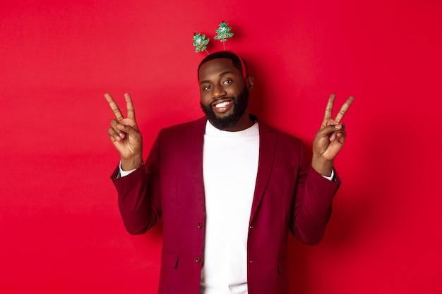 Feliz natal. afro-americano barbudo alegre com bandana de festa