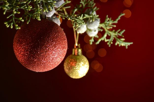 Feliz natal, celebrando com árvore, bolas de natal e luzes