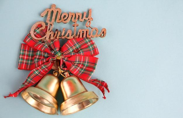 Feliz natal com algum pano de fundo azul.