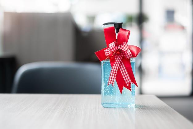 Feliz natal com frasco de gel desinfetante para as mãos