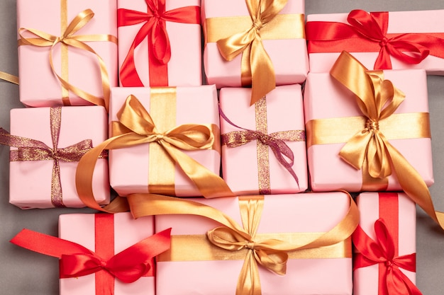 Feliz natal com muitos presentes surpresa com fitas de atlas de ouro. vista plana, vista superior