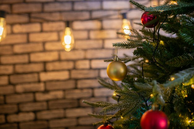 Feliz natal e ano novo fundo de férias. linda árvore de natal decorada.