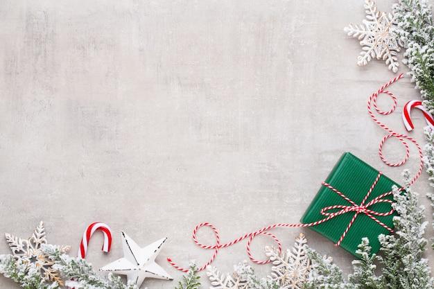 Feliz natal e boas festas de cartão postal, moldura, banner. ano novo. noel. presentes de natal de prata, enfeites na vista superior de fundo azul. tema de natal de férias de inverno. postura plana.