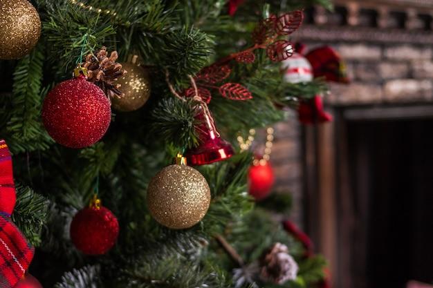 Feliz natal e boas festas. sala de estar decorada para o natal. interior da casa festivamente decorado com enfeites de árvore de natal. lindos e luzes cintilantes brancas.