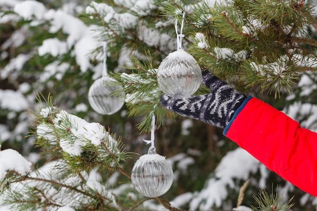 Feliz natal e feliz ano novo. brinquedo de vidro na árvore