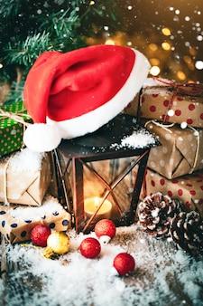 Feliz natal e feliz ano novo. brinquedos de natal e presentes em uma mesa de madeira