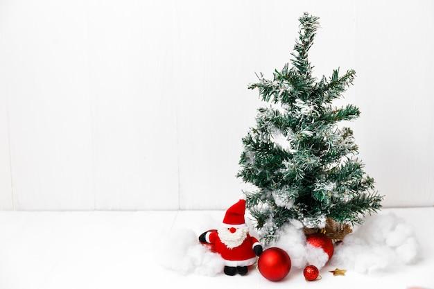 Feliz natal e feliz ano novo cartão com decorações vermelhas