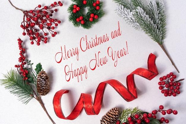 Feliz natal e feliz ano novo cartão com uma inscrição de felicitações.