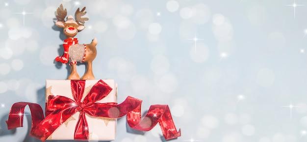 Feliz natal e feliz ano novo, cartão de férias com fundo desfocado bokeh