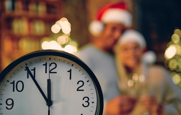 Feliz natal e feliz ano novo! cinco minutos até o ano novo. no contexto de um casal apaixonado por óculos.