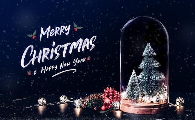 Feliz natal e feliz ano novo com visco com árvore e luz string e pinha Foto Premium