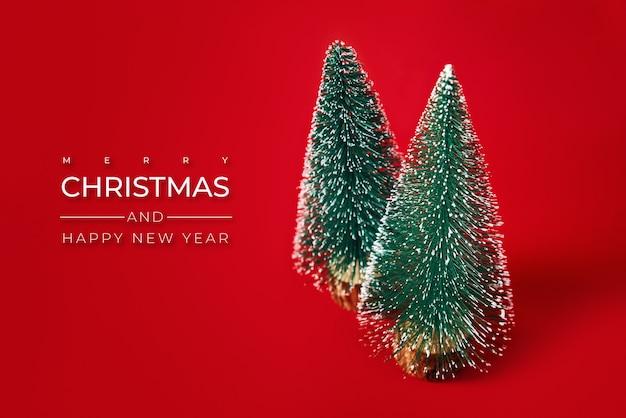 Feliz natal e feliz ano novo composição com árvore de natal em fundo vermelho