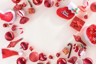 Feliz Natal e feliz ano novo conceito com bolas de celebração cor vermelha