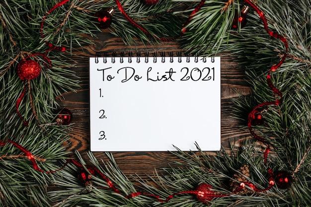 Feliz natal e feliz ano novo conceito com caixas de presente, brinquedos e caderno com o texto to do list 2021