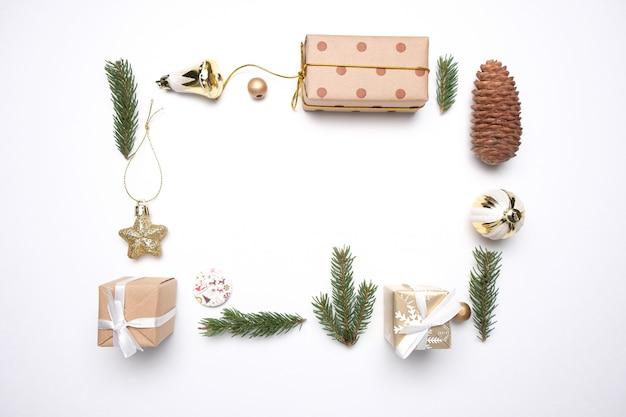 Feliz natal e feliz ano novo decoração fundo branco
