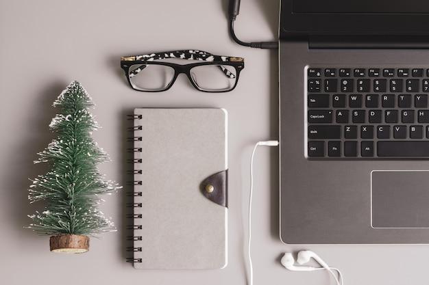 Feliz natal e feliz ano novo escritório trabalho espaço de trabalho