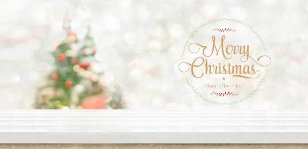 Feliz natal e feliz ano novo grinalda no topo de tabela no borrão árvore de natal de bokeh