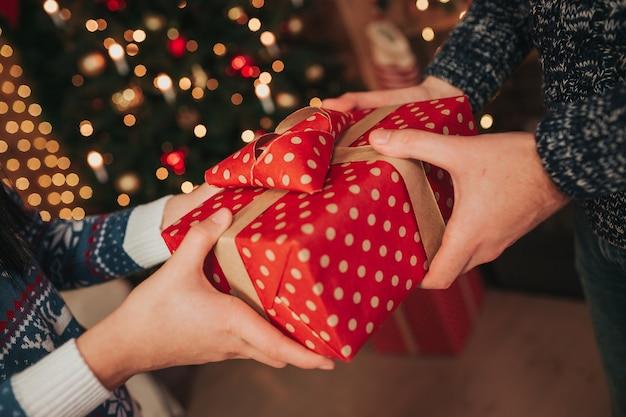 Feliz natal e feliz ano novo . jovem casal comemorando férias em casa.