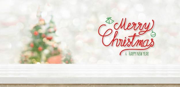 Feliz natal e feliz ano novo no topo da tabela no borrão bokeh decoração da árvore de natal
