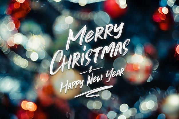 Feliz natal e feliz ano novo palavra bokeh abstrato de luzes de bola e corda na árvore de natal
