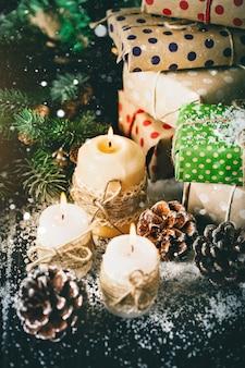 Feliz natal e feliz ano novo. vela e brinquedos de natal em uma mesa de madeira