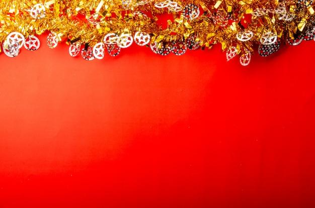 Feliz natal fundo vermelho com ouro e brilhantes elementos decorativos