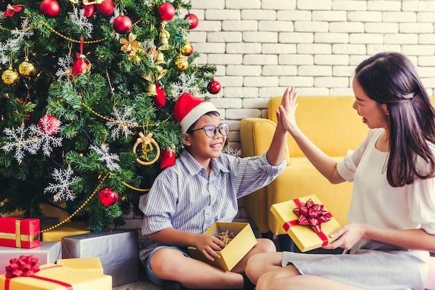 Feliz natal irmã deu seu irmão um presente de feriado