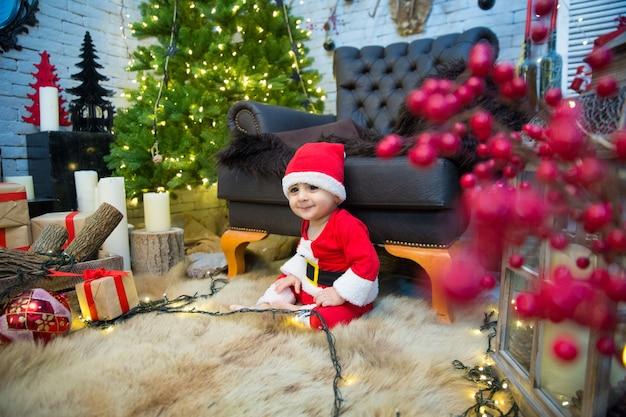 Feliz natal retrato de uma criança emocional com uma fantasia de ano novo.