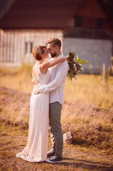 Feliz noiva e noivo posam no campo violeta