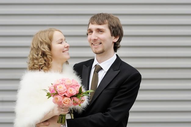 Feliz, noiva noivo, ao ar livre