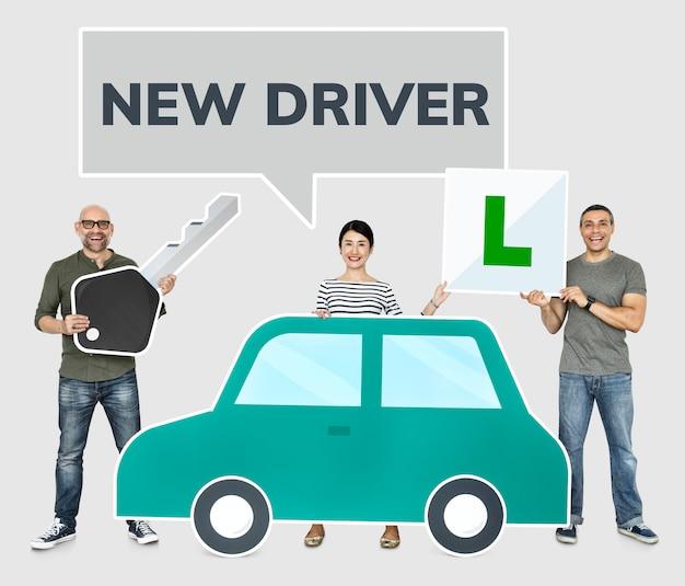 Feliz novos condutores com um carro