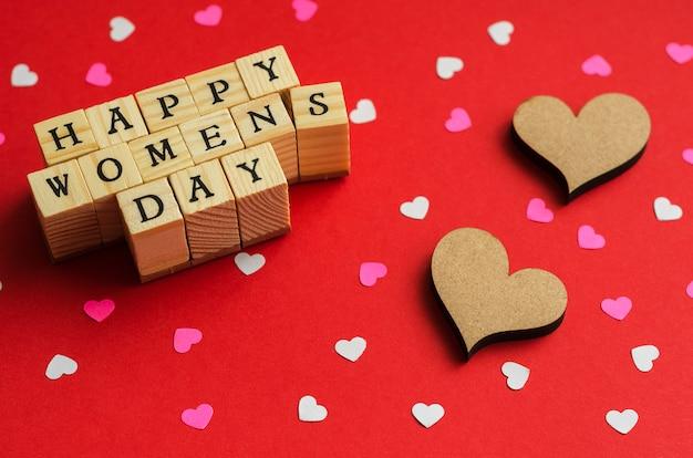 Feliz o dia da mulher de cubos de madeira com letras e corações