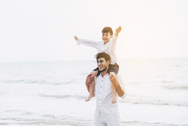 Feliz pai carregando seu filho no pescoço.