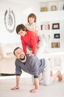 Feliz, pai, e, crianças, em, novo, modernos, lar