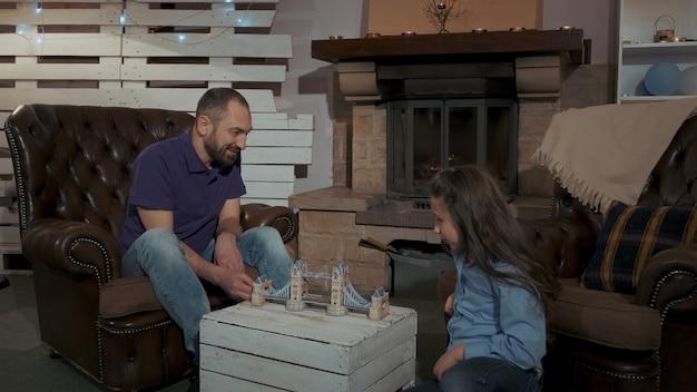Feliz pai e filha a passar seu tempo de lazer juntos.