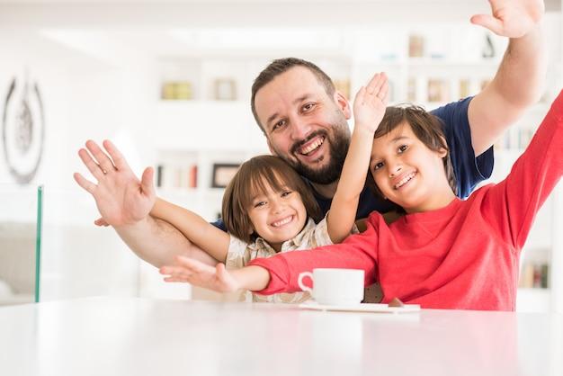 Feliz pai e filho na moderna casa branca nova