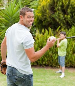 Feliz, pai, e, seu, filho, jogando basebol