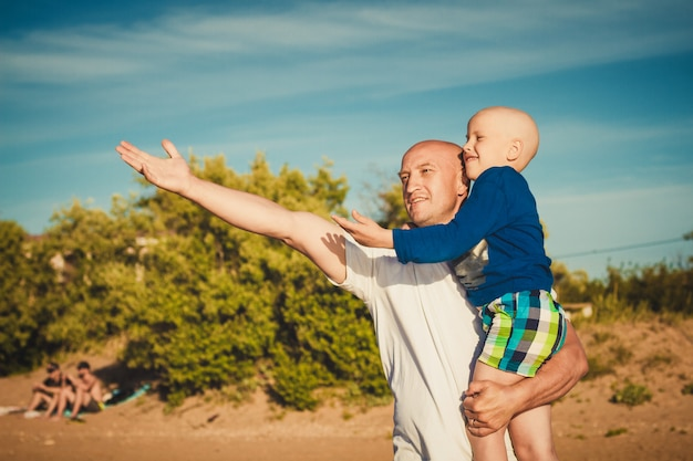 Feliz, pai filho, andar praia