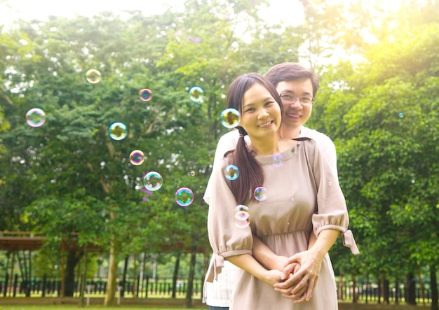 Feliz, par asiático, desfrutando, em, natureza, parque verde
