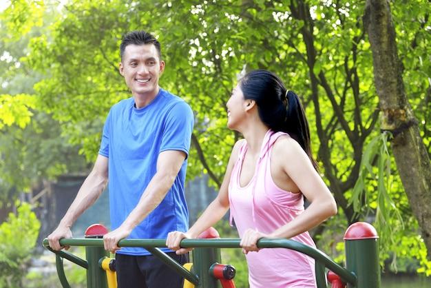 Feliz, par asiático, fazendo, malhação, enquanto, falando