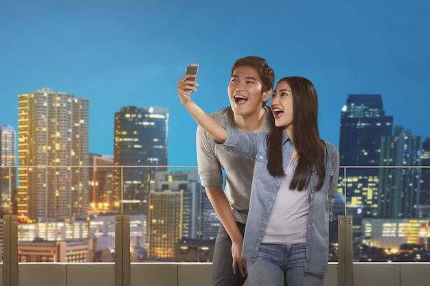 Feliz, par asiático, levando, selfie