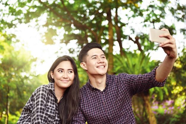 Feliz, par asiático, levando, um, selfie, com, telefone